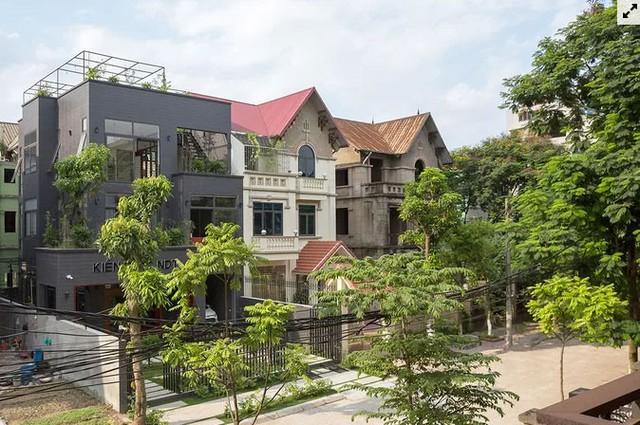 Ngôi nhà hoang nổi bật giữa khu phố sau cải tạo  - Ảnh 1.