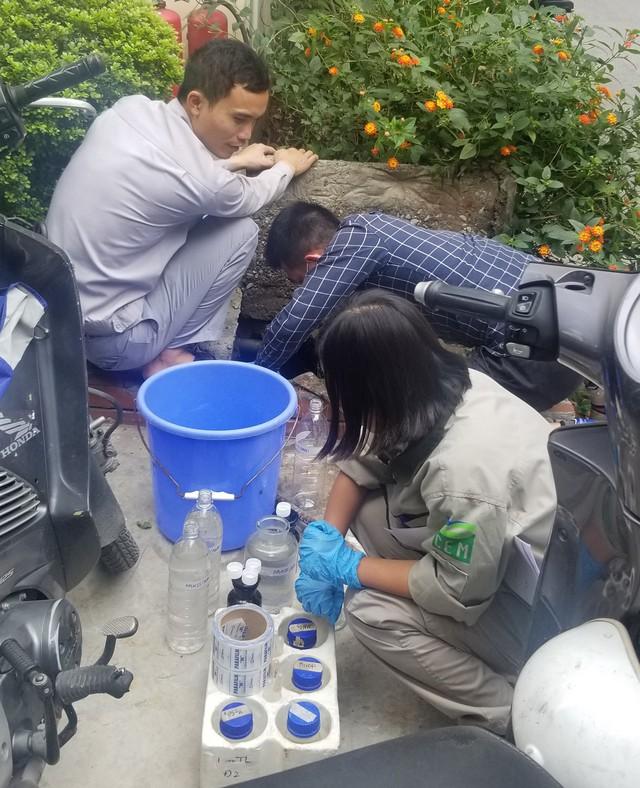 Sau vụ nước sông Đà nhiễm dầu thải: Người dân Thủ đô chi tiền triệu mua máy lọc nước - Ảnh 1.