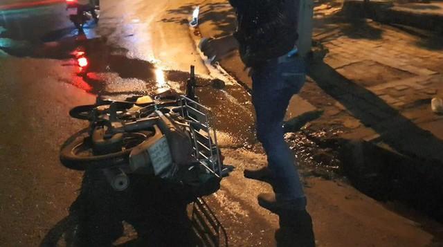 Bình Dương: Nhiều xe máy ngã dúi dụi, bà bầu và trẻ em khóc thét vì trên đường bất ngờ đổ đầy dầu nhớt - Ảnh 1.