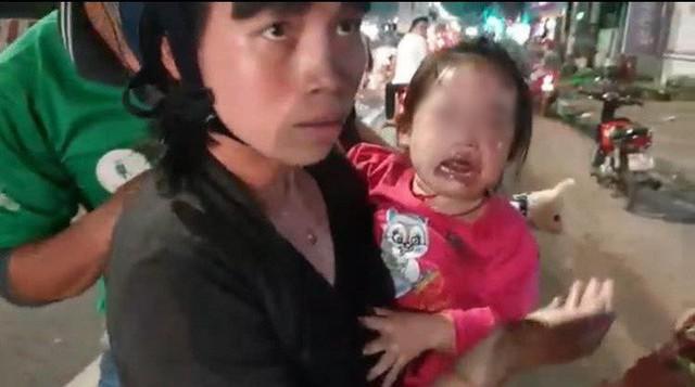 Bình Dương: Nhiều xe máy ngã dúi dụi, bà bầu và trẻ em khóc thét vì trên đường bất ngờ đổ đầy dầu nhớt - Ảnh 2.