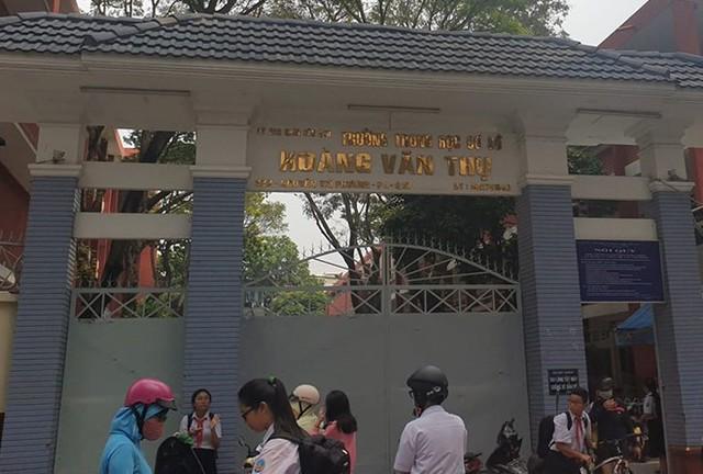 Hai nữ sinh TP.HCM đánh nhau ngay trước cổng trường - Ảnh 1.