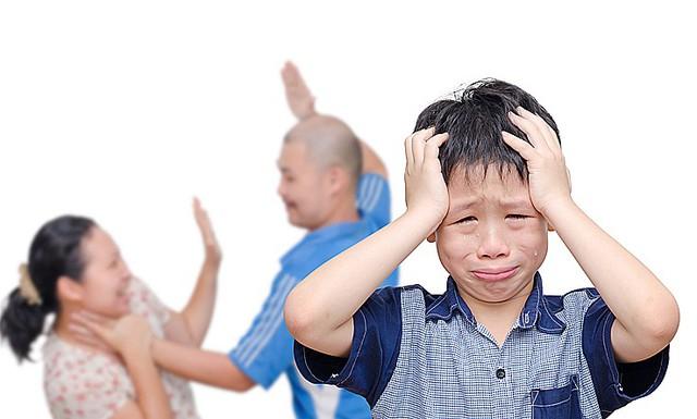 10 tác hại với trẻ khi cha mẹ cố sống chung vì con  - Ảnh 1.
