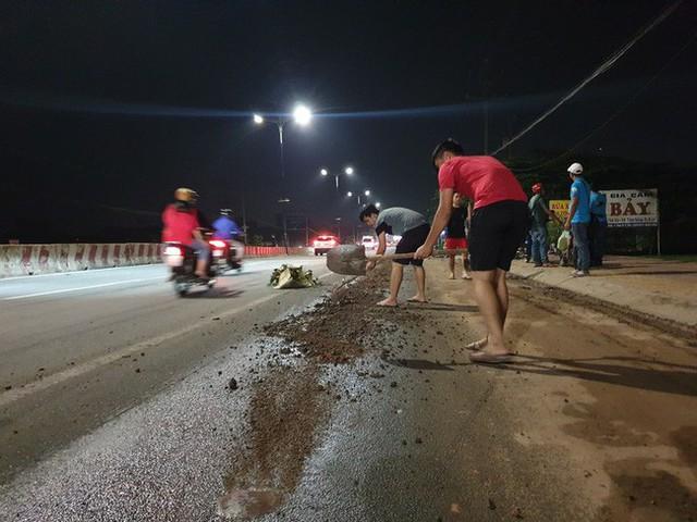 Bình Dương: Nhiều xe máy ngã dúi dụi, bà bầu và trẻ em khóc thét vì trên đường bất ngờ đổ đầy dầu nhớt - Ảnh 3.