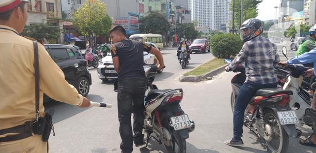 Hà Nội: Va chạm với xe máy khi qua đường, một phụ nữ lớn tuổi nguy kịch - Ảnh 3.