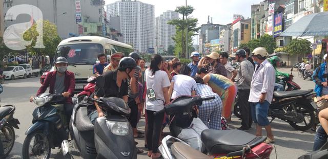 Hà Nội: Va chạm với xe máy khi qua đường, một phụ nữ lớn tuổi nguy kịch - Ảnh 4.