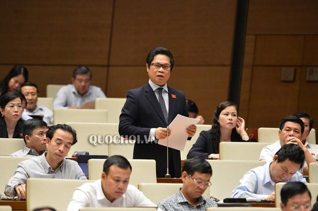 ĐBQH Nguyễn Thị Quyết Tâm rớm nước mắt ở nghị trường khi phản biện tăng giờ làm thêm - Ảnh 2.