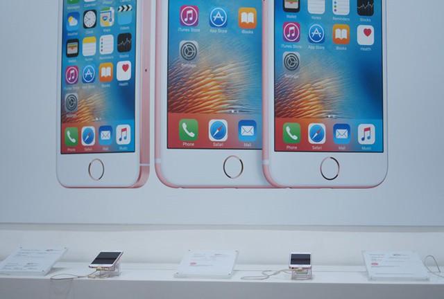 Mua iPhone xách tay tại Việt Nam chưa bao giờ rủi ro đến vậy - Ảnh 1.