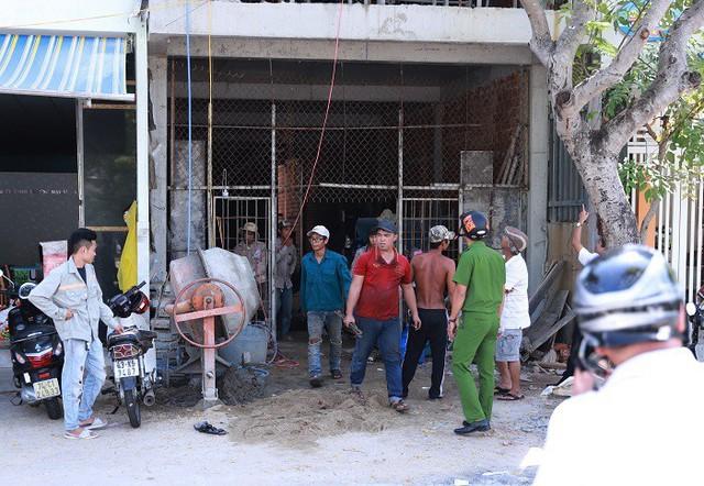 Đỡ thanh sắt, nam công nhân bị điện giật văng từ tầng 2 xuống đất - Ảnh 1.