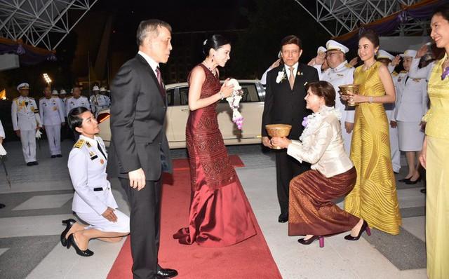 Lần đầu xuất hiện sau sóng gió hậu cung, Hoàng hậu Thái Lan tươi cười rạng rỡ khi tham dự sự kiện cùng chồng - Ảnh 1.