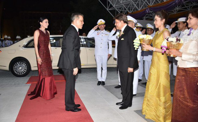 Lần đầu xuất hiện sau sóng gió hậu cung, Hoàng hậu Thái Lan tươi cười rạng rỡ khi tham dự sự kiện cùng chồng - Ảnh 2.