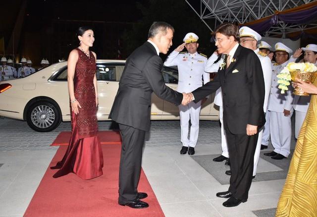 Lần đầu xuất hiện sau sóng gió hậu cung, Hoàng hậu Thái Lan tươi cười rạng rỡ khi tham dự sự kiện cùng chồng - Ảnh 3.