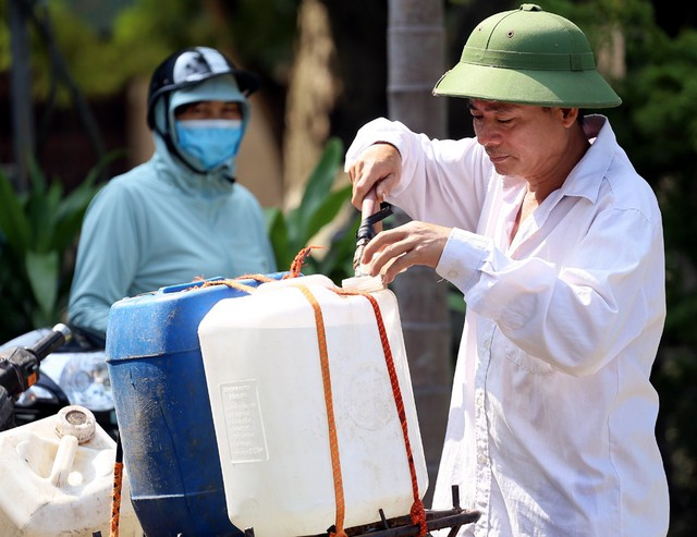 Viwasupco khẳng định nước đã sạch, người dân nhiều nơi vẫn không dám dùng - Ảnh 1.