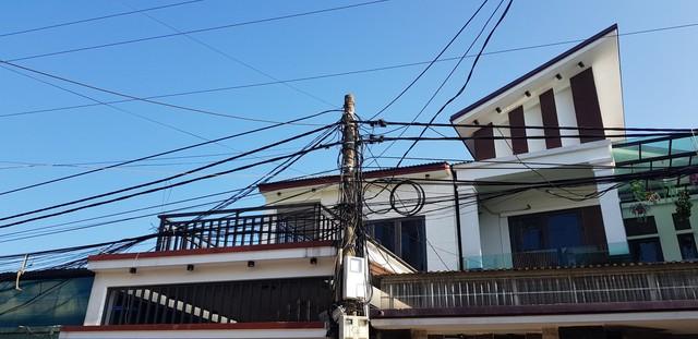 Đứng ở tầng 2, nam sinh lớp 7 bị dây điện trần phóng điện làm cụt 2 cánh tay - Ảnh 1.