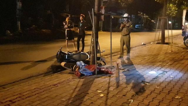Cha mẹ mới chết vì tai nạn giao thông, con trai đi xe máy tông gốc cây trên vỉa hè tử vong - Ảnh 1.