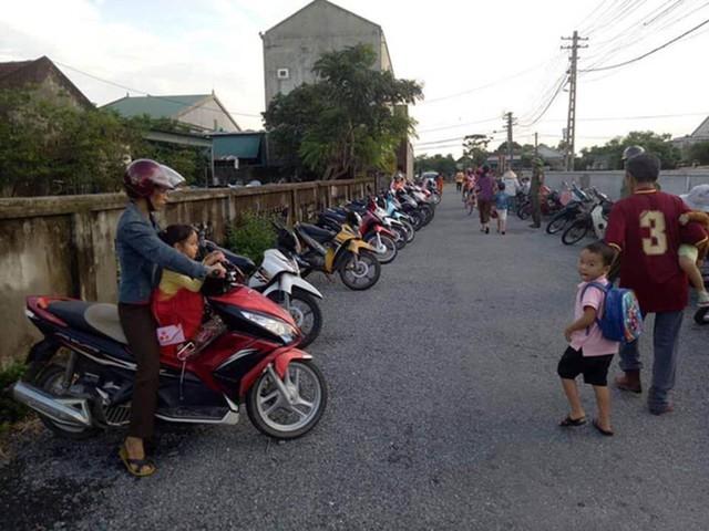 Đứng chờ đón con nhưng xếp hàng thẳng còn lùi vào vệ đường, phụ huynh Hà Tĩnh được hết lời ngợi ca - Ảnh 3.