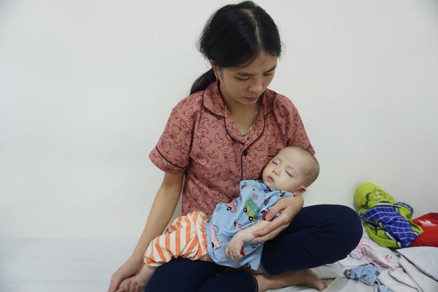 Bé trai dân tộc 7 tháng tuổi bị tim bẩm sinh sức khỏe ổn định hơn - Ảnh 4.