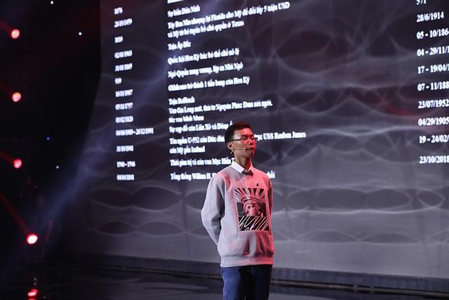 Lại Văn Sâm cúi đầu, Trấn Thành nổi da gà trước thần đồng sử học 14 tuổi - Ảnh 1.