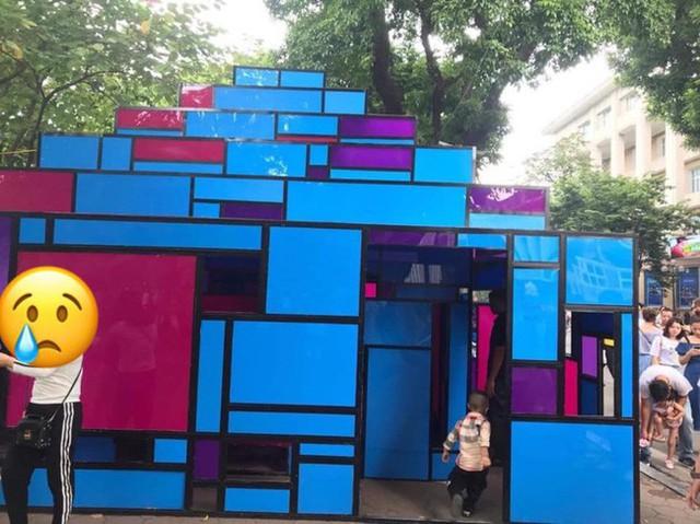 """Tưởng ngôi nhà mô hình đang triển lãm ở Hồ Gươm là toilet, nhiều người hồn nhiên vô """"xả bậy"""" - Ảnh 1."""