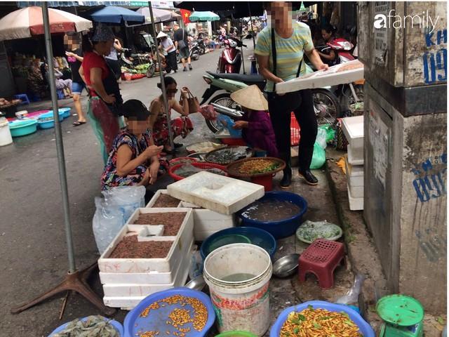 Mùa rươi đến người tiêu dùng Hà Nội lại thi nhau ghé qua khu chợ này, giá tuy cao nhưng vẫn tấp nập người mua  - Ảnh 3.