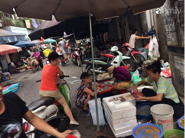 Mùa rươi đến người tiêu dùng Hà Nội lại thi nhau ghé qua khu chợ này, giá tuy cao nhưng vẫn tấp nập người mua  - Ảnh 4.