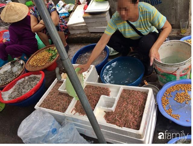 Mùa rươi đến người tiêu dùng Hà Nội lại thi nhau ghé qua khu chợ này, giá tuy cao nhưng vẫn tấp nập người mua  - Ảnh 6.