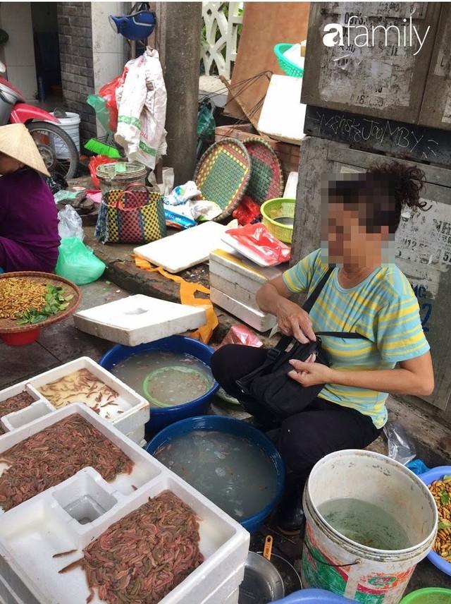 Mùa rươi đến người tiêu dùng Hà Nội lại thi nhau ghé qua khu chợ này, giá tuy cao nhưng vẫn tấp nập người mua  - Ảnh 8.