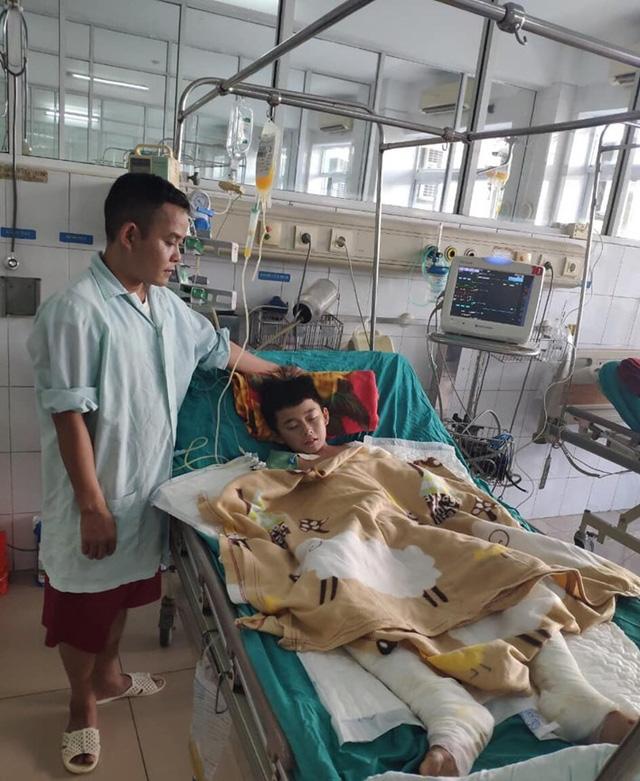 Mất đôi tay, cậu bé 12 tuổi bị điện giật chỉ mong giữ được đôi chân - Ảnh 5.