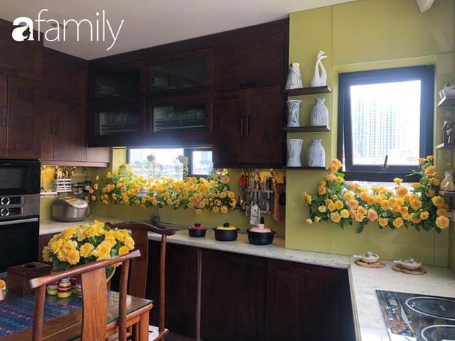 Căn bếp nhỏ chứa vạn đồ hữu ích lại còn rợp hoa của bà mẹ Hà Nội - Ảnh 2.