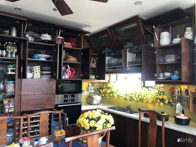 Căn bếp nhỏ chứa vạn đồ hữu ích lại còn rợp hoa của bà mẹ Hà Nội - Ảnh 12.