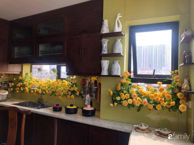 Căn bếp nhỏ chứa vạn đồ hữu ích lại còn rợp hoa của bà mẹ Hà Nội - Ảnh 15.