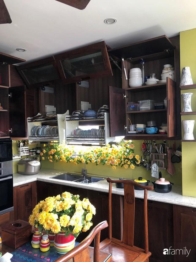 Căn bếp nhỏ chứa vạn đồ hữu ích lại còn rợp hoa của bà mẹ Hà Nội - Ảnh 18.