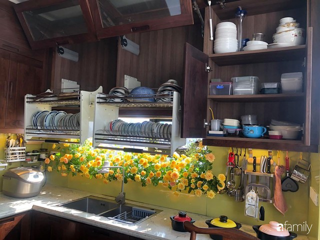 Căn bếp nhỏ chứa vạn đồ hữu ích lại còn rợp hoa của bà mẹ Hà Nội - Ảnh 19.