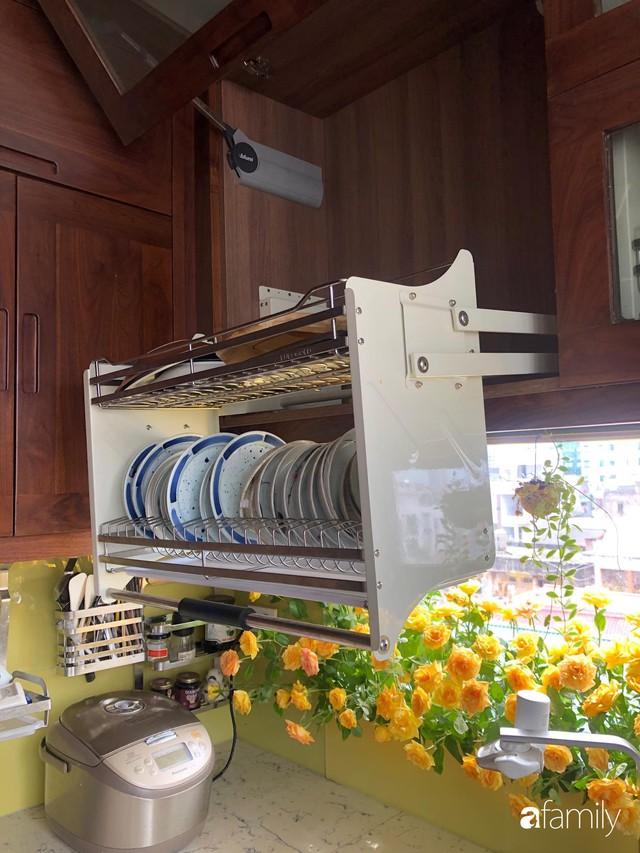 Căn bếp nhỏ chứa vạn đồ hữu ích lại còn rợp hoa của bà mẹ Hà Nội - Ảnh 20.