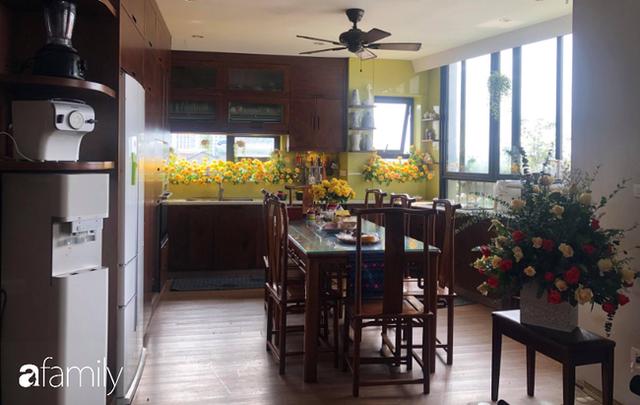 Căn bếp nhỏ chứa vạn đồ hữu ích lại còn rợp hoa của bà mẹ Hà Nội - Ảnh 3.