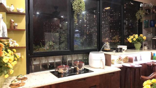 Căn bếp nhỏ chứa vạn đồ hữu ích lại còn rợp hoa của bà mẹ Hà Nội - Ảnh 22.