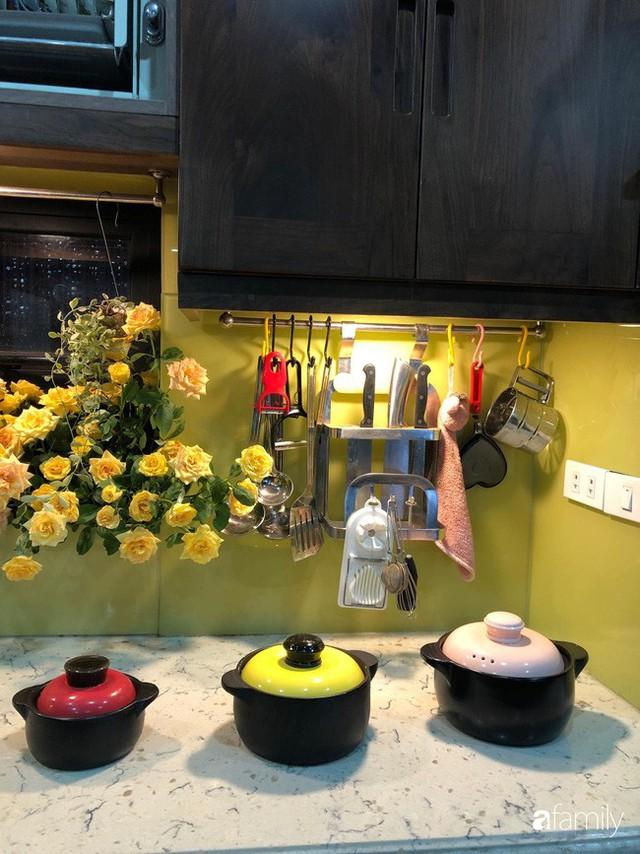 Căn bếp nhỏ chứa vạn đồ hữu ích lại còn rợp hoa của bà mẹ Hà Nội - Ảnh 24.