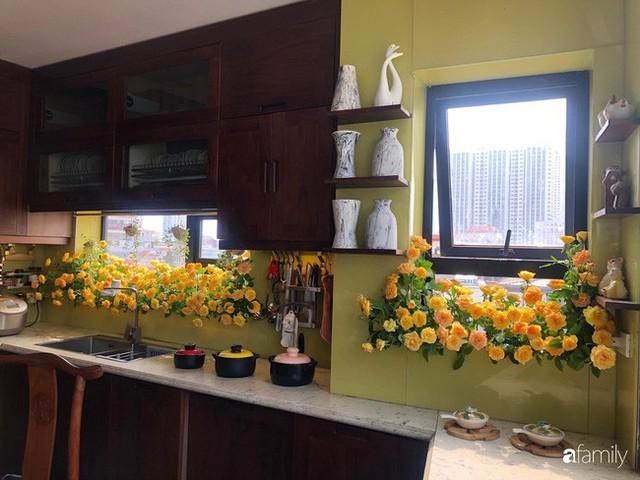 Căn bếp nhỏ chứa vạn đồ hữu ích lại còn rợp hoa của bà mẹ Hà Nội - Ảnh 30.
