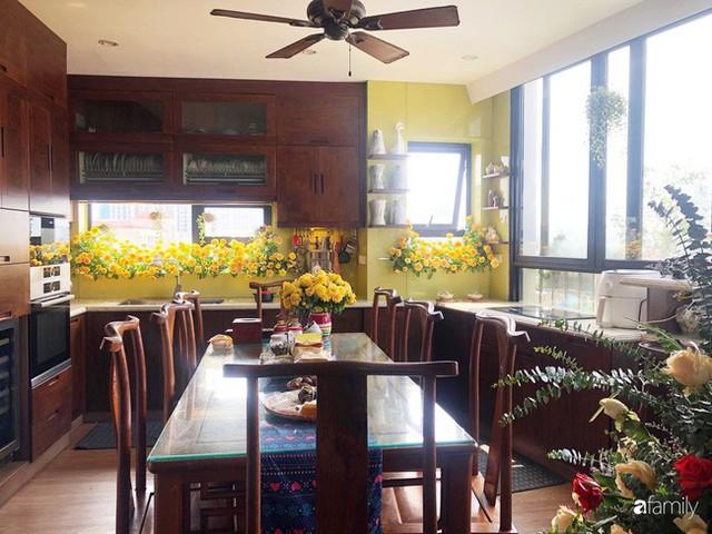 Căn bếp nhỏ chứa vạn đồ hữu ích lại còn rợp hoa của bà mẹ Hà Nội - Ảnh 4.