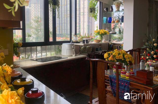 Căn bếp nhỏ chứa vạn đồ hữu ích lại còn rợp hoa của bà mẹ Hà Nội - Ảnh 5.