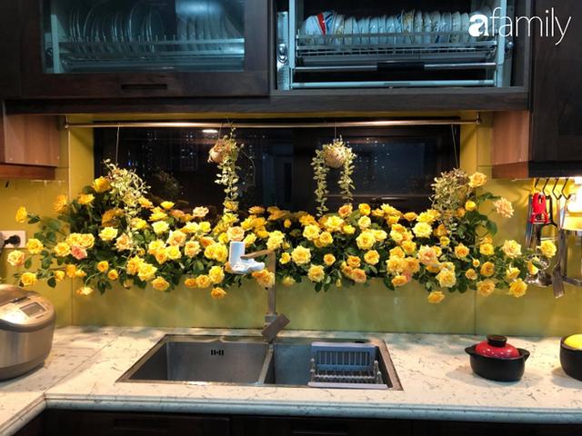 Căn bếp nhỏ chứa vạn đồ hữu ích lại còn rợp hoa của bà mẹ Hà Nội - Ảnh 7.
