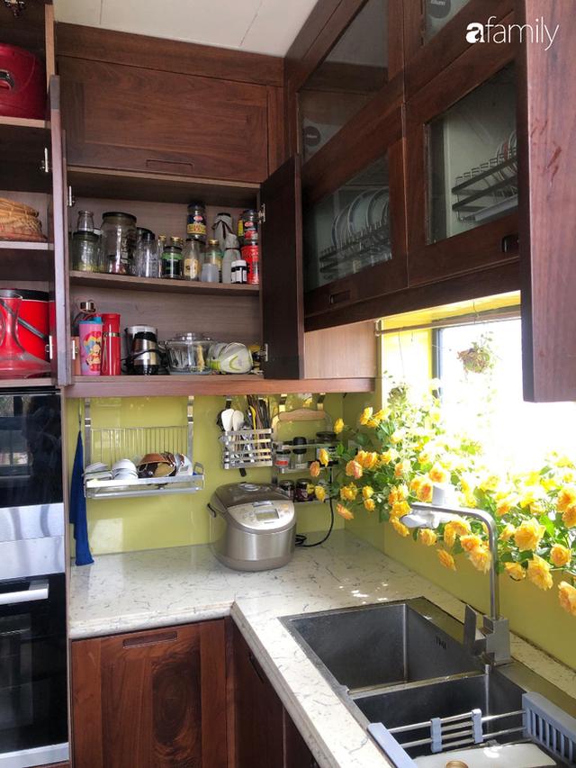 Căn bếp nhỏ chứa vạn đồ hữu ích lại còn rợp hoa của bà mẹ Hà Nội - Ảnh 8.
