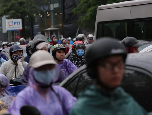 Mưa đúng giờ cao điểm, người Hà Nội ngán ngẩm cảnh ùn tắc ở nhiều tuyến đường. - Ảnh 1.