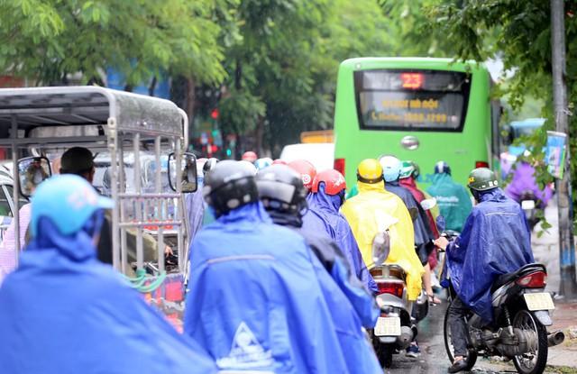 Mưa đúng giờ cao điểm, người Hà Nội ngán ngẩm cảnh ùn tắc ở nhiều tuyến đường. - Ảnh 2.