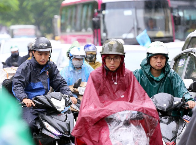 Mưa đúng giờ cao điểm, người Hà Nội ngán ngẩm cảnh ùn tắc ở nhiều tuyến đường. - Ảnh 3.