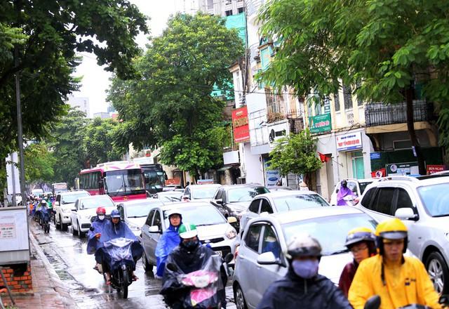 Mưa đúng giờ cao điểm, người Hà Nội ngán ngẩm cảnh ùn tắc ở nhiều tuyến đường. - Ảnh 4.