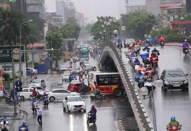 Mưa đúng giờ cao điểm, người Hà Nội ngán ngẩm cảnh ùn tắc ở nhiều tuyến đường. - Ảnh 7.