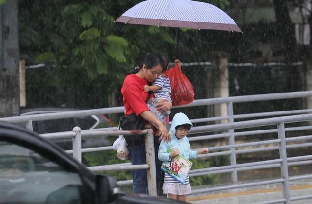 Mưa đúng giờ cao điểm, người Hà Nội ngán ngẩm cảnh ùn tắc ở nhiều tuyến đường. - Ảnh 8.
