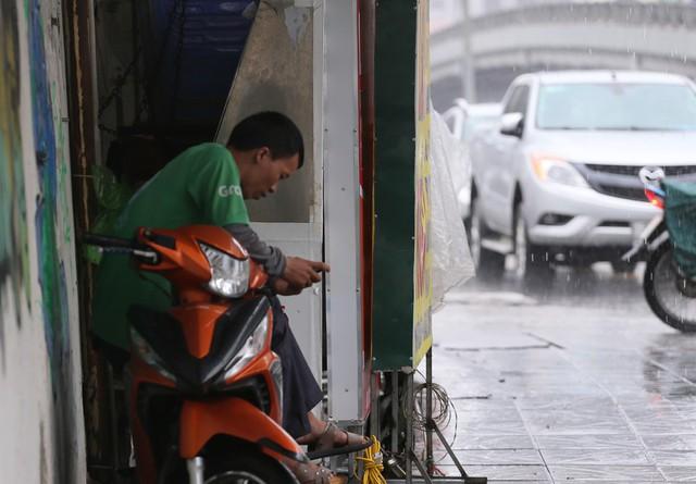 Mưa đúng giờ cao điểm, người Hà Nội ngán ngẩm cảnh ùn tắc ở nhiều tuyến đường. - Ảnh 10.
