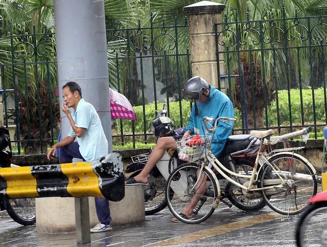 Mưa đúng giờ cao điểm, người Hà Nội ngán ngẩm cảnh ùn tắc ở nhiều tuyến đường. - Ảnh 11.