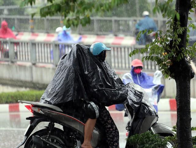 Mưa đúng giờ cao điểm, người Hà Nội ngán ngẩm cảnh ùn tắc ở nhiều tuyến đường. - Ảnh 12.
